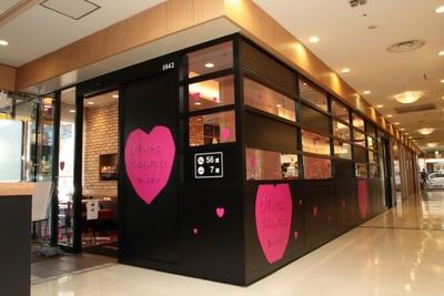 """一晩で""""オトナカワイイ""""外観にチェンジした銀座ナイン店。このような店舗は全国に8店舗ある"""