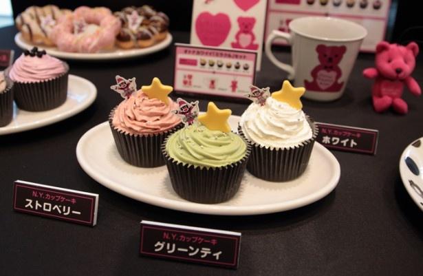 クリスマス限定「N.Y.カップケーキ」(各194円)は、ストロベリー、グリーンティ、ホワイトの3種を用意