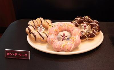 クリスマス限定の新商品「ポン・デ・リース」(各151円)。ホワイトチョコ(写真左)、ストロベリー(同中)、チョコ(右)の3種類を用意