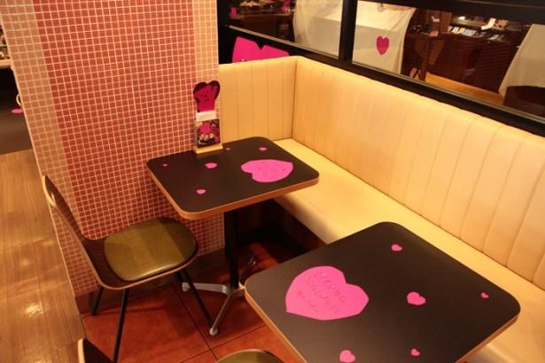 テーブルの天面にも、ピンクのハートマークがちりばめられている