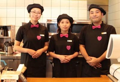 店員の制服も、黒を基調にピンクのワンポイントをあしらったものに変更