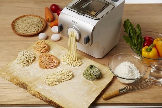 ヌードルメーカーは、材料をアレンジすることで自分好みの麺が作れるのはもちろん、製麺用キャップを付け替えることでさまざまな形状の麺にも対応可能