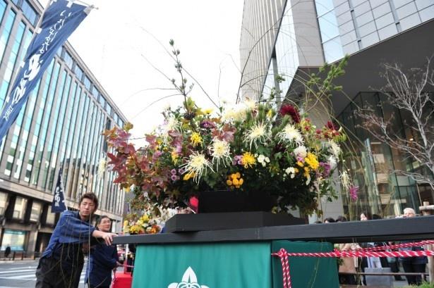 高さ約3mの花神輿、花車を中心に600mにわたり披露される大行列