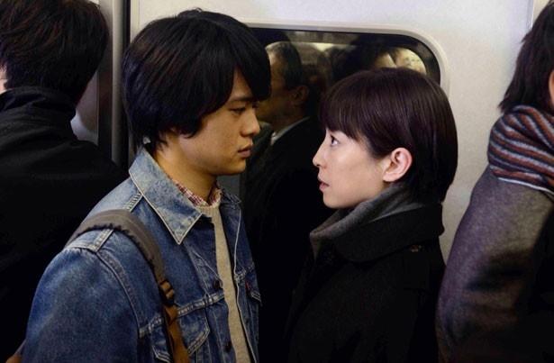 【写真を見る】逢瀬を重ねる大学生の光太(池松壮亮)と梨花。宮沢の艶のある演技に魅せられる!