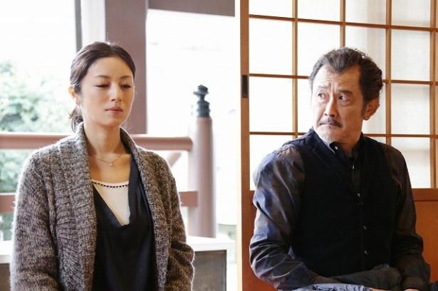【写真を見る】吉田鋼太郎演じる卓三は、高岡早紀演じる靖子に憧れる