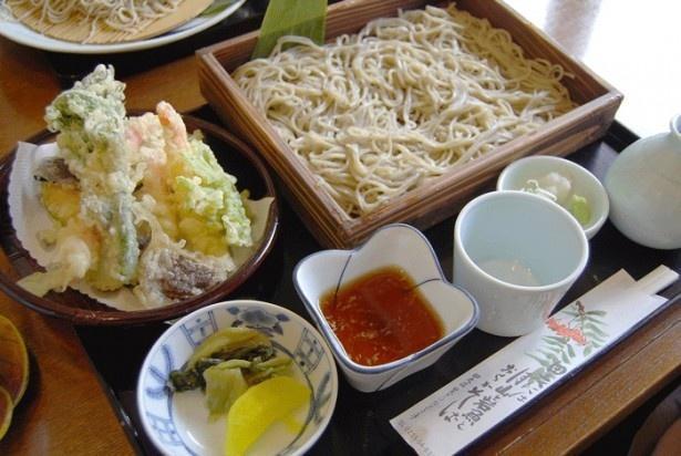 定番の「天もり」(1350円)は、そばと天ぷらが満喫できるボリューム