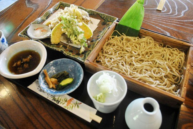 【写真を見る】肉厚で食べごたえのあるマイタケが楽しめる「舞茸天もり」(1550円)は、秋にしか食べられないメニュー