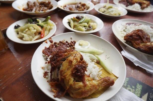 ココナッツミルクで炊いたご飯にチキンやナッツがのるナシ・レマは、現地の朝食の定番