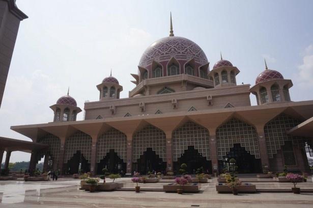 イスラム教の象徴であるモスク。毎週金曜が祈りの日なので、12:30~14:00は店が休みになる