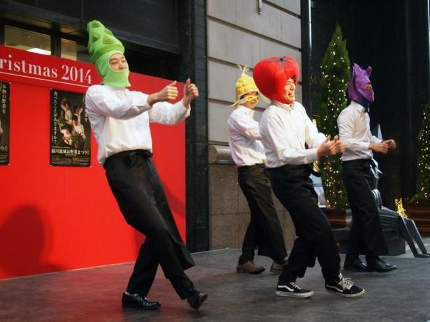 各町特産の野菜帽子がポイント!軽快なリズムでダンスを踊るお野菜男子