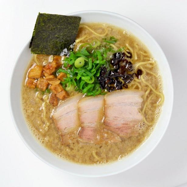 【写真を見る】福岡の二大巨頭が夢のコラボを果たした「久留米 大砲ラーメン×博多一風堂」。福岡県産ラーメン専用小麦「ラー麦」100%の特製麺と双方の長所を融合させたスープが絶妙