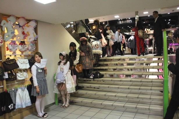 【写真を見る】ロリータファッションに身を包んだファンたちが詰めかけた