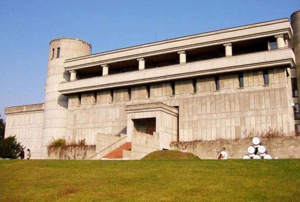 """【写真を見る】池田町ブドウ・ブドウ酒研究所が""""ワイン城""""と呼ばれるのは、ヨーロッパ中世の古城をイメージさせる外観が理由だ"""
