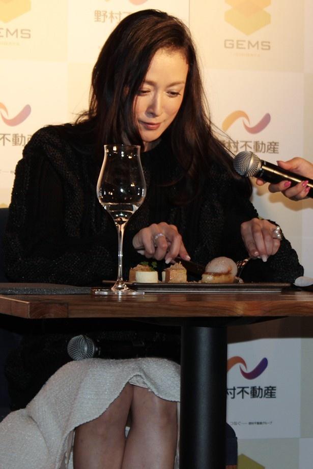 【写真を見る】JAM ORCHESTRAの「フォアグラのキャラメリゼ」を試食した国生さゆりは「デザートみたい。これはスイーツ!」と絶賛