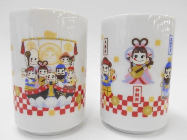 七福神、宝船がそれぞれ大きく描かれた、デザイン違いの陶器製湯呑みが2個揃う「開運ペコポコ七福神湯呑み2個セット」(2484円)