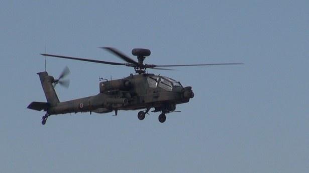 対戦車ミサイルを搭載し、対弾性も高い攻撃ヘリコプター「アパッチ・ロングボウ」