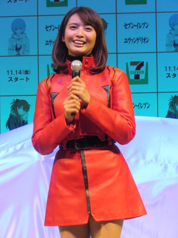 加藤夏希は葛城ミサトをイメージした赤のレザージャケットにミニスカート姿を披露