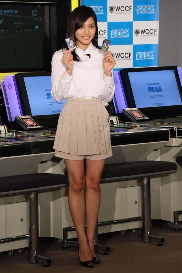 【写真を見る】秘書に扮しているゲーム内と同じキレイ目な衣装で登場した川口春奈