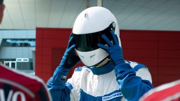 Audi R8から降り立ったこのドライバーの正体はいったい!?