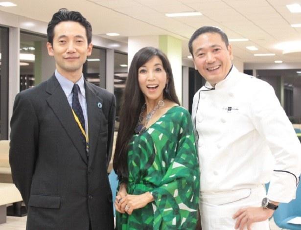写真左から山田悟氏、川島なお美、鎧塚俊彦シェフ