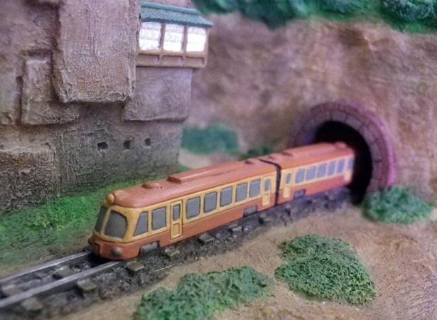トンネルから海原電鉄の姿が見える