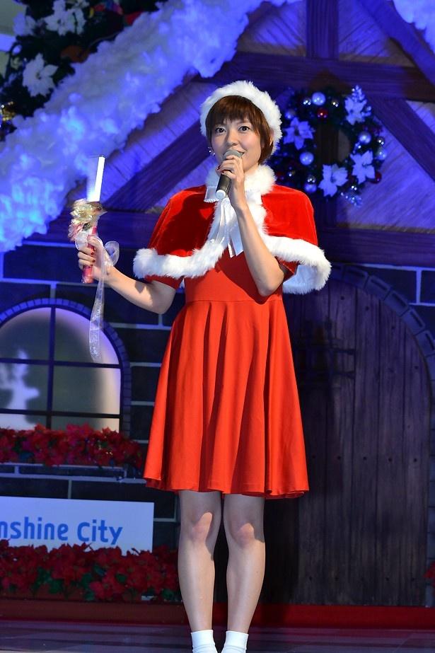 【写真を見る】サンタファッションでクリスマスの思い出を語る住岡梨奈