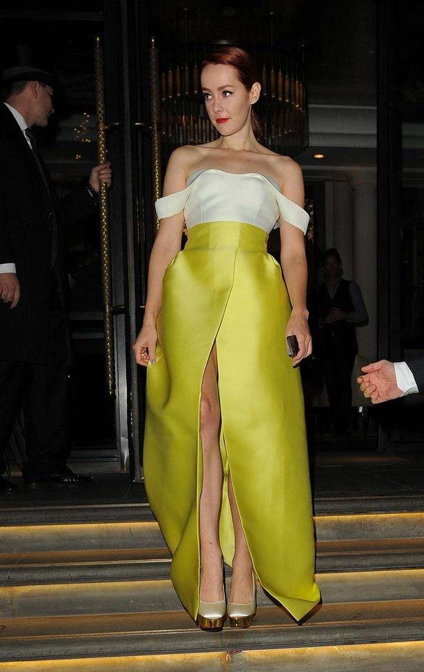 ジェナ・マローンはパンチラしてしまうほど大胆スリットのドレスで登場