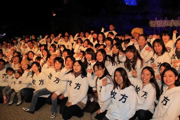 岡田准一園長の代わりに点灯式に出席した100人のひらパー兄さん