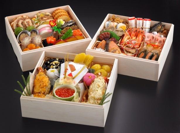「特選三段重~匠~TAKUMI」(2万400円)は、ロブスターの2色盛りなどが詰まった特選三段重。