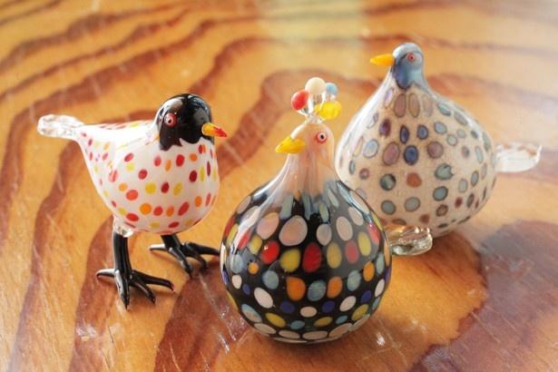 アメリカ「ウロボロス社」の透明度の高いガラスでコーティングしてツヤを出した鳥のガラス細工(左¥3500、中・右は各¥3000/H約3cm~)【玉造 ガラス工房】