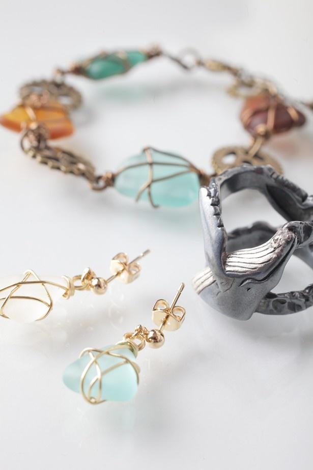 手前から、シーグラスのピアス(¥3000)、鯨の指輪(¥22,000)、シーグラスのブレスレット(¥3500)。シーグラスのピアスの金具は、イヤリングの金具にも変更できる【WAVE TALE】