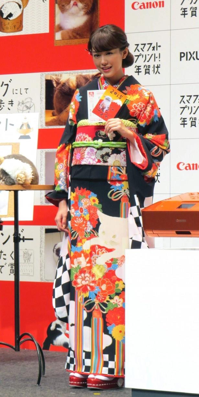 【写真を見る】CMの内容に合わせてネコ柄の着物で登場