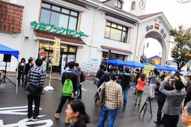 開始時刻の12時前から会場となった鳥取県米子市の書店「本の学校 今井ブックセンター」には多くの人が集まった