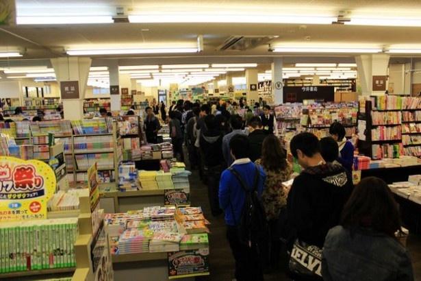 「甘城ブリリアントパーク」著者の賀東招二氏のサイン会は、長蛇の列ができる大盛況ぶり!