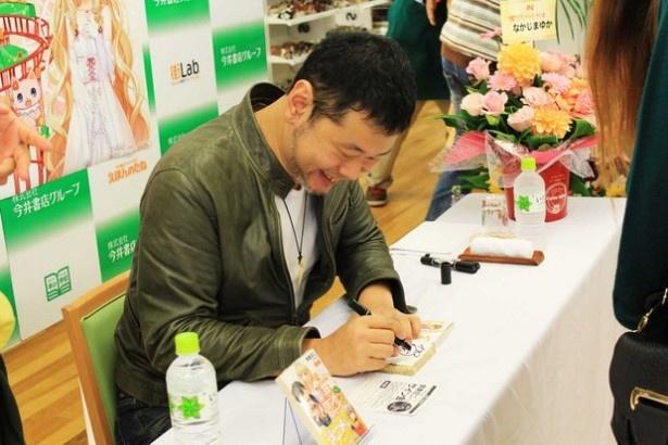 魂を込めて一冊一冊に丁寧にサインをする賀東氏