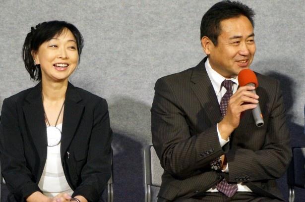 【写真を見る】和やかな笑顔で記者からの質問に答える永島敏行(右)と川上麻衣子(左)