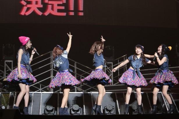 【写真を見る】横浜アリーナでの単独コンサート開催発表の瞬間。メンバーは大喜び!