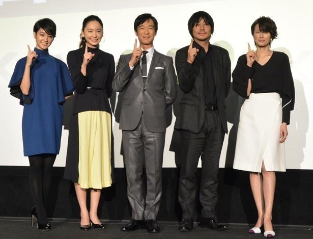 「リーガルハイ・スペシャル」完成披露試写会の舞台あいさつに登場した(左から)剛力彩芽、新垣結衣、堺雅人、大森南朋、吉瀬美智子