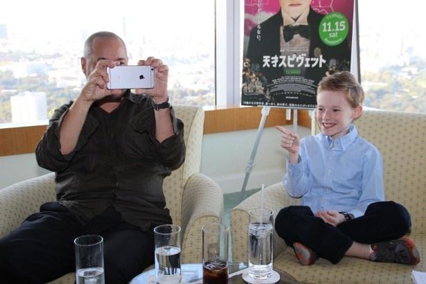 アイフォンでインタビュアーを撮影するおちゃめなジュネ監督