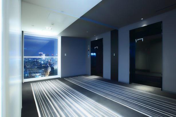 レム秋葉原のエントランスは未来都市を連想させるデザイン。アメニティなども購入できる