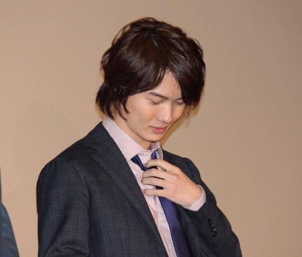 天谷になりきるため、ネクタイをゆるめた神木隆之介