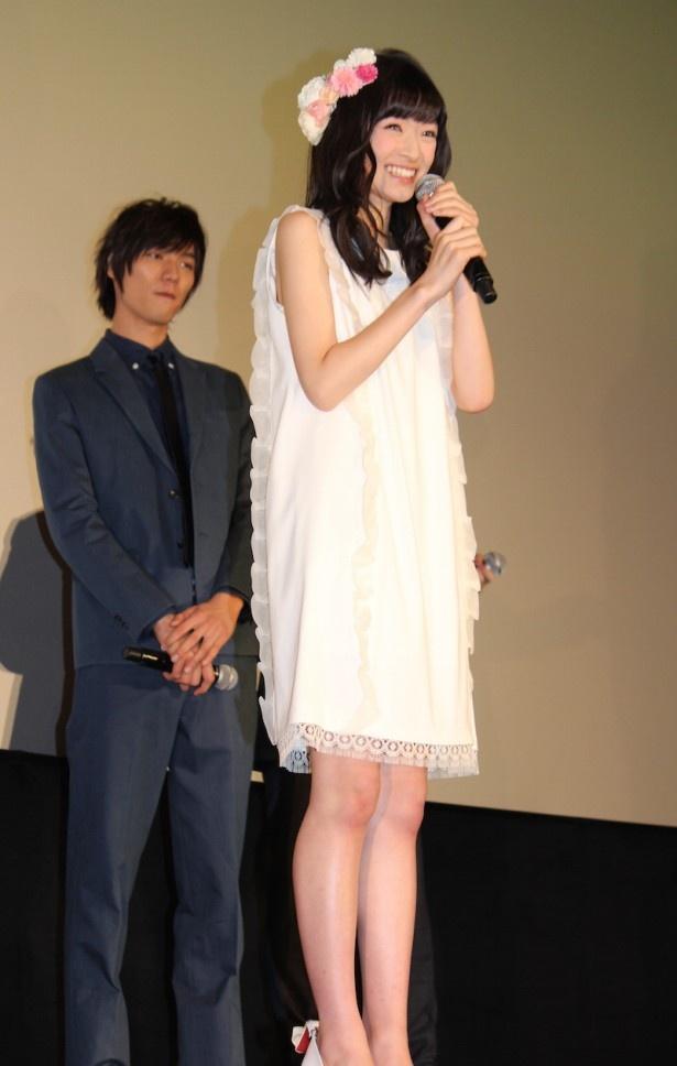 キュートな白のワンピースで登場した優希美青