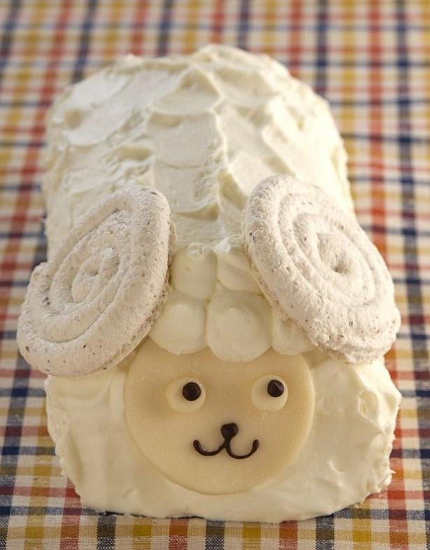 【写真を見る】正面から見た超キュートな羊形ロールケーキ