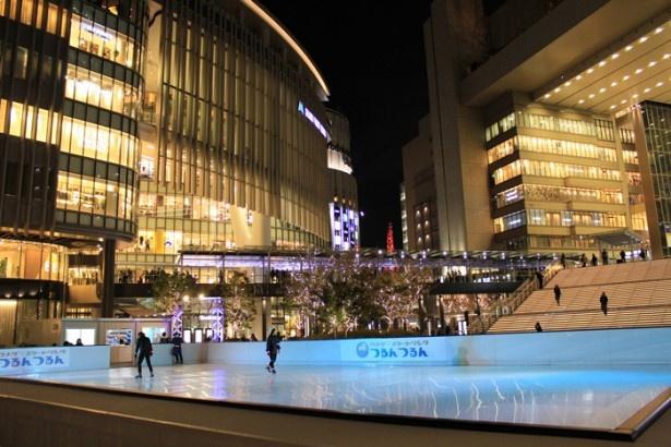 夜のスケートリンクは、街のイルミネーションと一緒にライトアップされ幻想的な雰囲気