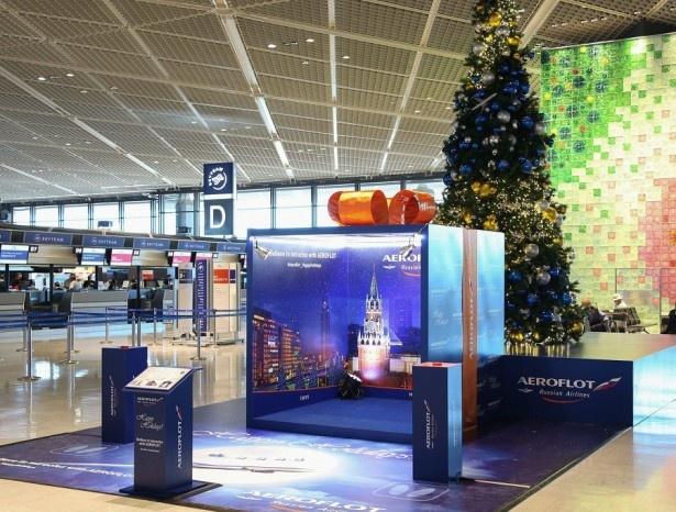 """【写真を見る】成田空港内にそびえ立つ""""クリスマスツリー""""インスタレーションは高さ6m"""