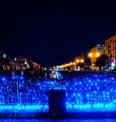青いイルミネーションで装飾された小樽運河