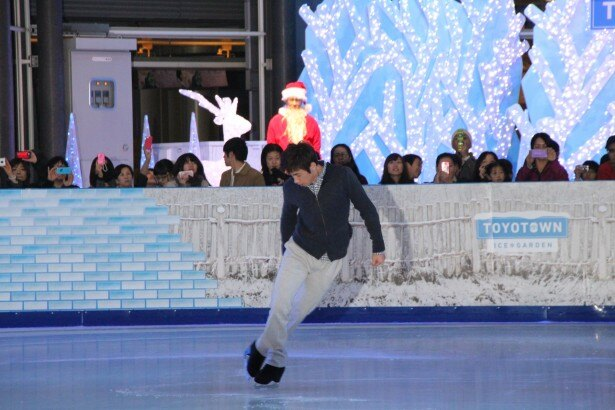 【写真を見る】「プロでも滑りやすい!」と太鼓判を押したスケートリンクで華麗な滑りを披露する織田信成