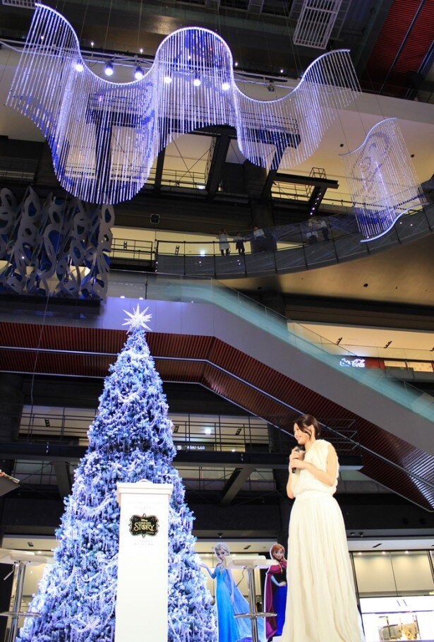 吹き抜けの大空間をダイナミックに彩る、約8mの巨大なクリスマスツリー