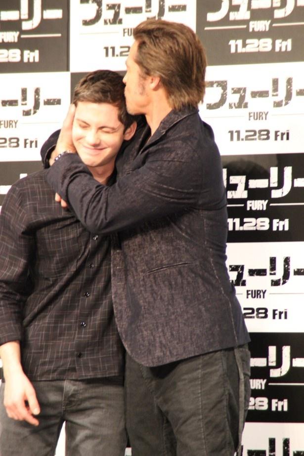 【写真を見る】ブラッド・ピットがローガン・ラーマンのおでこにキス!