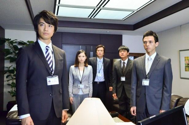 【写真を見る】総合電機メーカーに勤める一之瀬(斎藤)たちはライセンスビジネスという新規事業を提案する